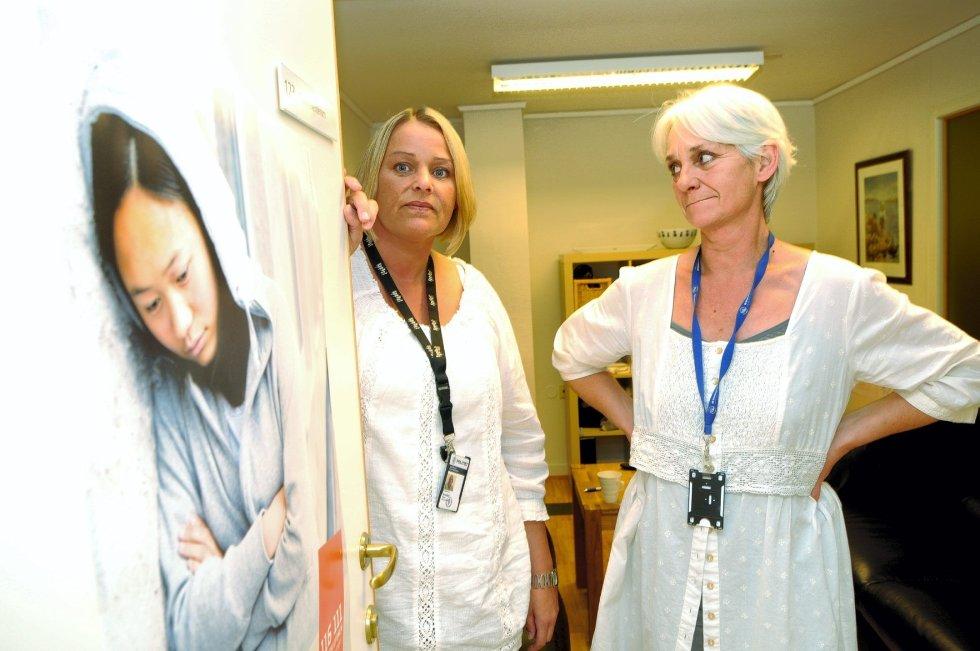 Barnevernvakta i Tønsberg kan fatte vedtak om midlertidige omsorgsovertakelser, men de forsøker først å søke hjelp i nettverk rundt familien. Fra venstre: Fungerende leder Vibeke Arnesen og konsulent Ellen Dalin. Foto: Paal Even Nygaard