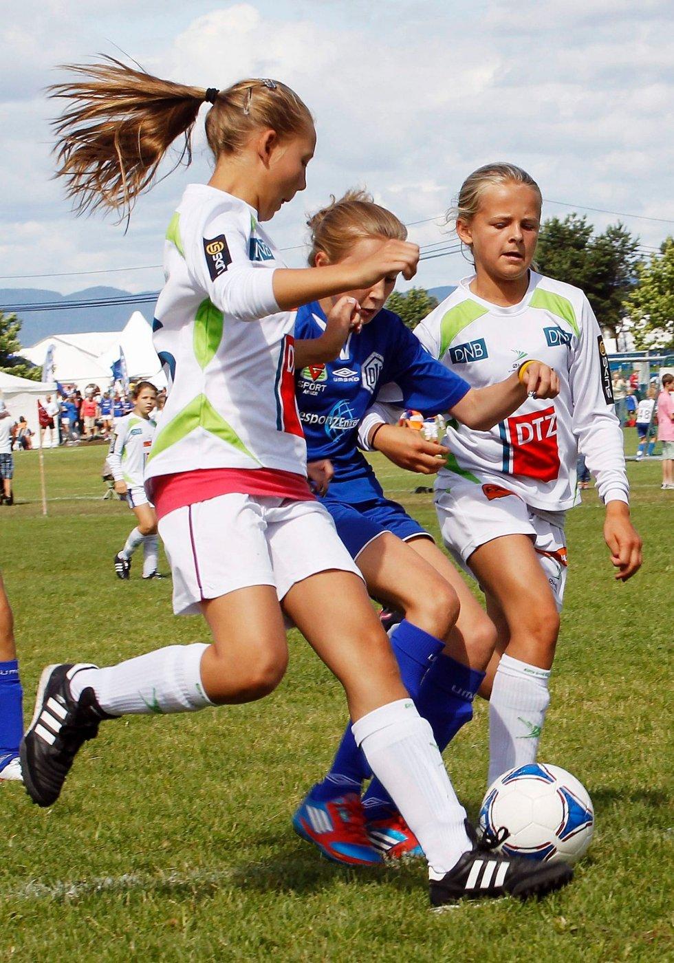 FOTBALLFEST: Dikemark og Øvrevoll Hosles jenter braket sammen i Norway Cups klasse jenter 12 år. Dikemark-jentene kunne tilslutt juble for seier. ALLE FOTO: ULF HANSEN