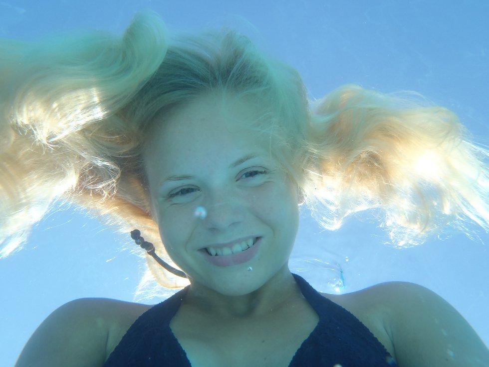 Thea i bassenget på ferie i Egypt.