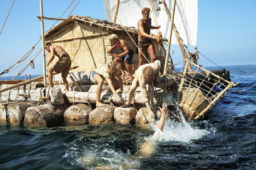 1.000 personer er involvert i Kon-Tiki-produksjonen, som det tok et halvt år å filme. Crewet besøkte seks land utenom Norge. Her strabaser om bord på flåten.      Foto: Carl Christian Raabe/Nordisk Film Distribusjon AS
