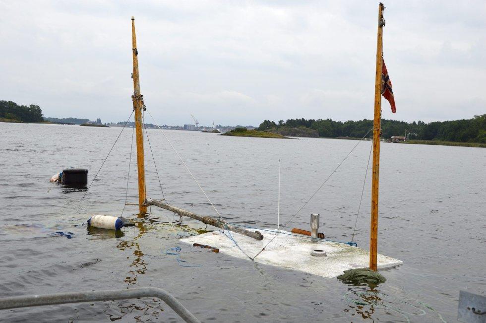 I løpet av natt til mandag sank fiskeskøyta mellom Løvøya og Falkensten, etter at den i mai grunnstøtte ved Sandefjord-familiens hytte på øya.