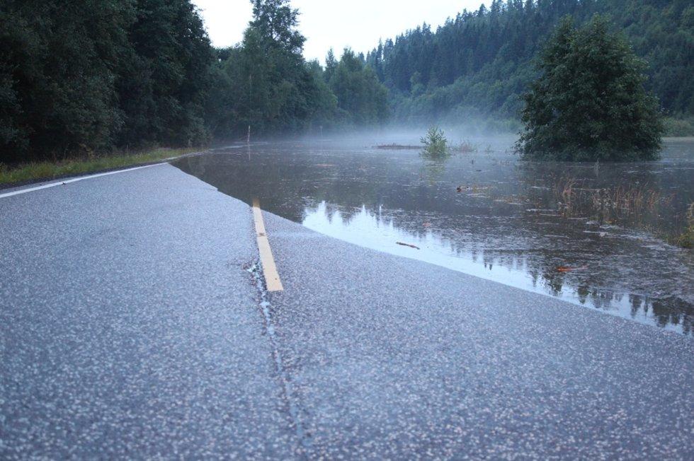 Mange veier er stengt som følge av det kraftige regnværet som særlig traff områdene i indre Vestfold.