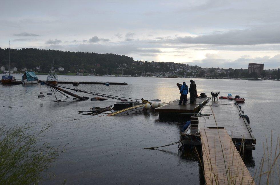 Vikingskipkopien Gaia gikk over ende på Huvik natt til tirsdag. Politiet og brannvesenet var på stedet tirsdag morgen.