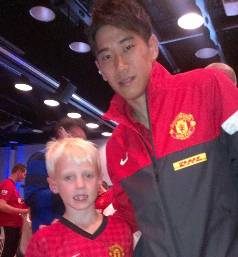 NYSIGNERING: Filip likte å møte Uniteds nyeste tilskudd, japanske Shinji Kagawa. (Foto: Privat)