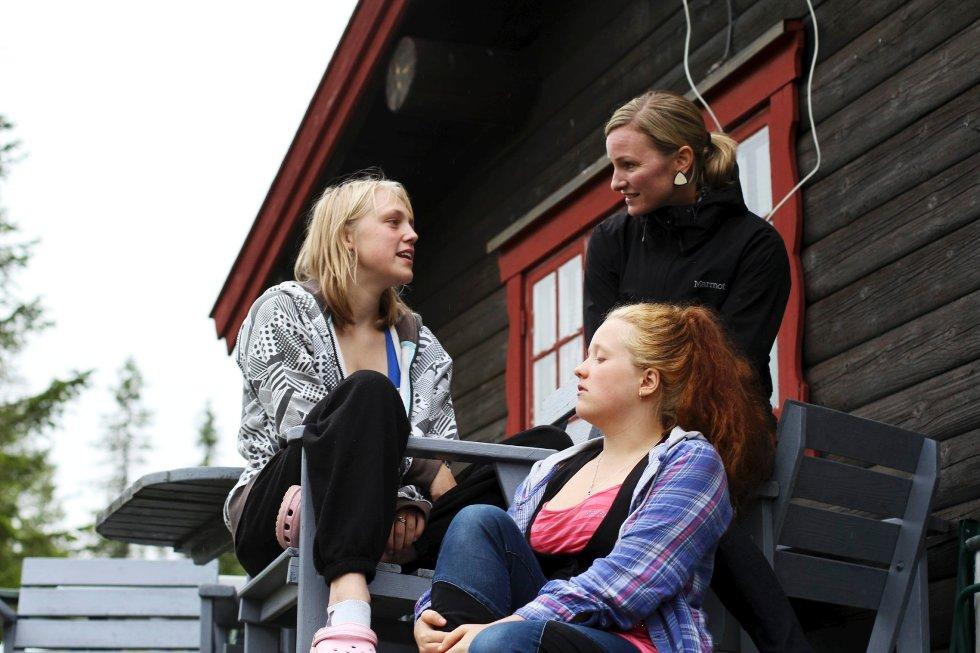 Under besøket på Veggli brukte Inga Marte Thorkildsen (bak) mesteparten av tiden til å prate med barn som har vær innom barnevernet, for å høre på deres erfaringer. Det satt Tine Anette Sydtskow (19) (t.v.) og Natascha Poulsen (16) stor pris på.