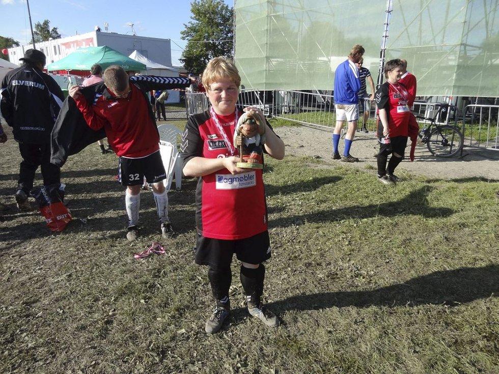 Anneli Severinsen viser fram en av sidepremiene man får når man vinner Norway Cup.