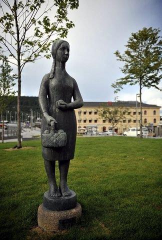 Beskjeden: Pike med kurv og epler er en av to eldre statuer på Strømsø torg.