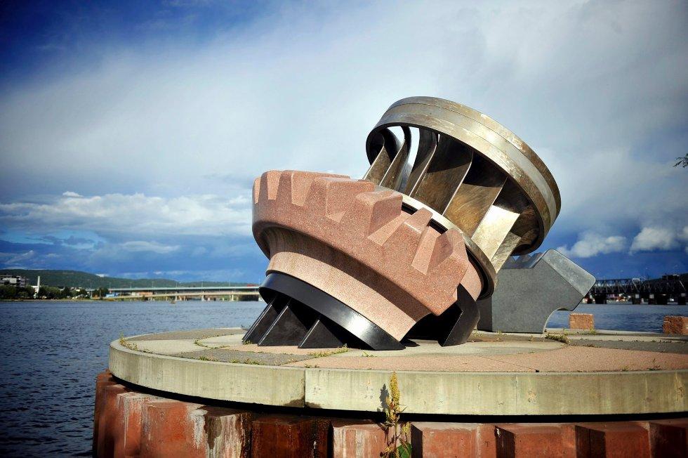 Hans Martin Øiens Turbinen er oppført i anledning hundre år med strømlevering i Drammen. En turbin fra Kaggestad kraftverk på Modum og granitt hogget i Vietnam utgjør skulpturen Turbinen.