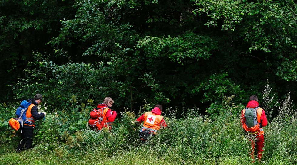 En gruppe fra Norges Røde Kors deltar i leteaksjonen etter savnede Sigrid Giskegjerde Schjetne i skogen rundt Skullerudstua tirsdag. Nå bistår Buskerud Røde Kors i letearbeidet sekstenåringen.