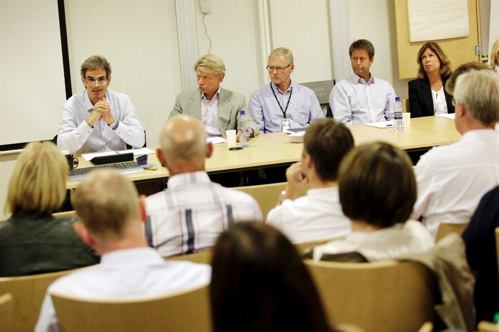 På et informasjonsmøte onsdag fortalte styreleder Bjørn Ole Gleditsch (til venstre) bakgrunnen for at styret sa opp Alf-Reidar Fjeld i juli.