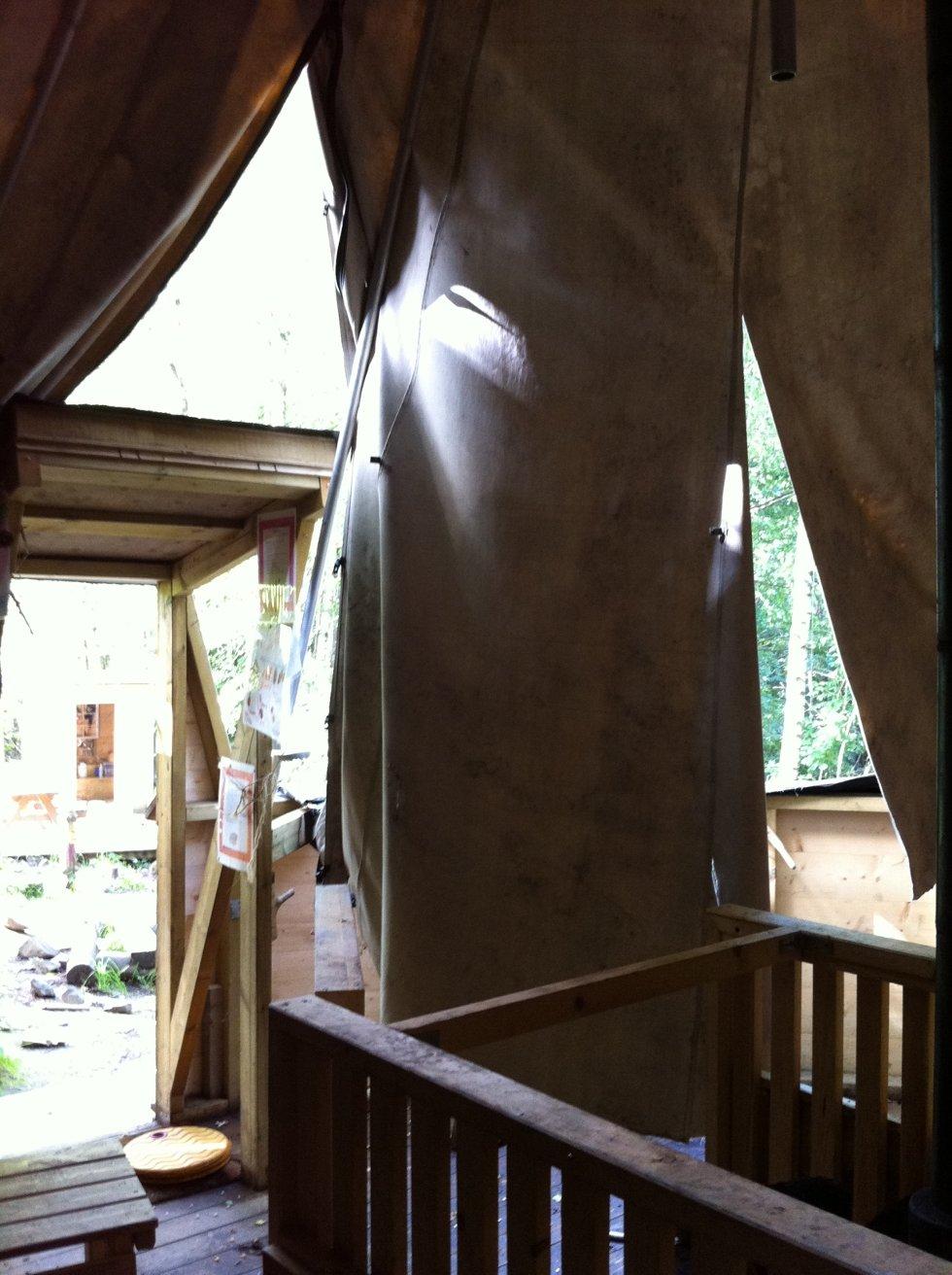 Lavvoens teltduk er skåret i stykker.