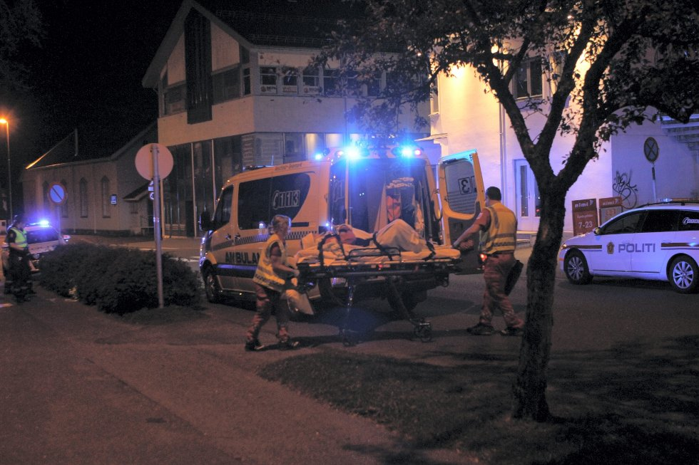 23-åringen ble kjørt til legevakten i Sandefjord i sykebil, men han ønsket ikke bistand fra helsevesenet og forlot stedet da de kom dit. Senere på mandagen ble mannen fraktet til Sykehuset Vestfold i Tønsberg.