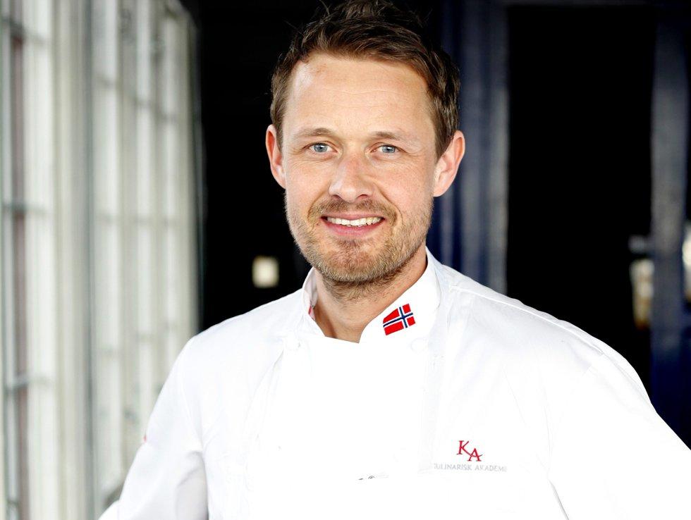 Øyvind Hjelle er matfaglig konsulent ved Kulinarisk Akademi. Han har vært kokk i 22 år, og har utgitt kokeboka «Gourmet for begynnere ».