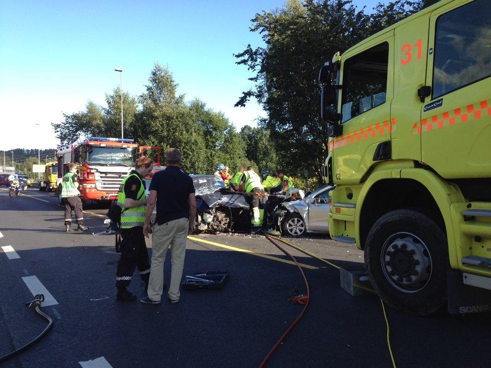 Begge bilene fikk store skader i sammenstøtet.