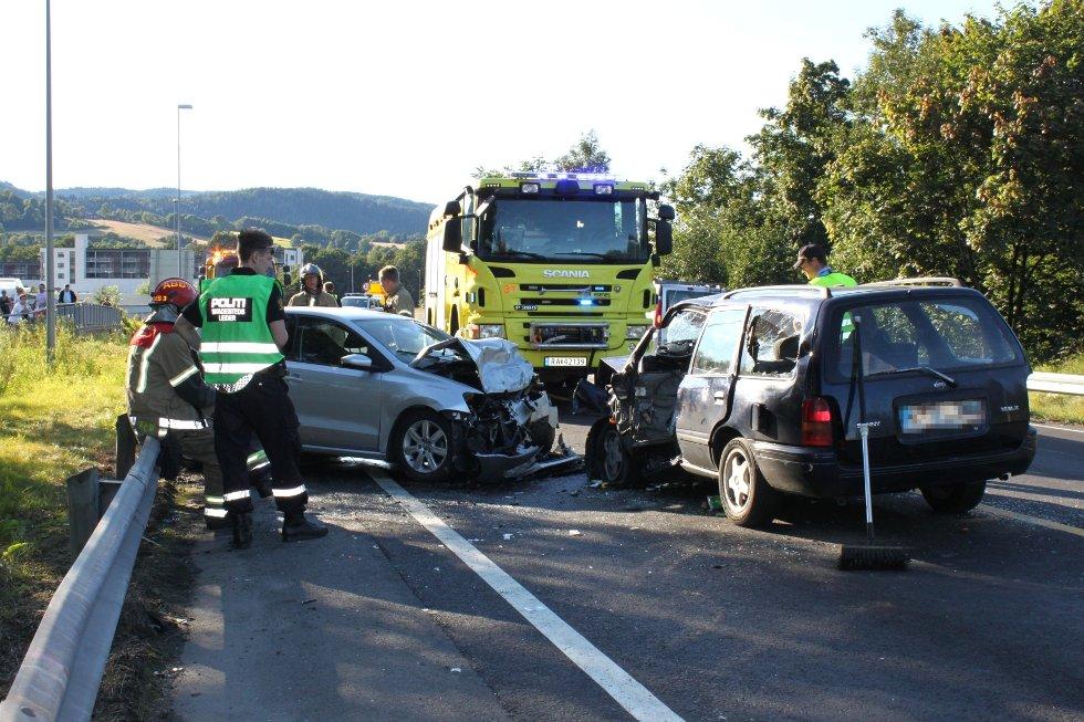 To biler var involvert i en alvorlig trafikkulykke på E16 ved Rud litt før klokken 18 fredag.