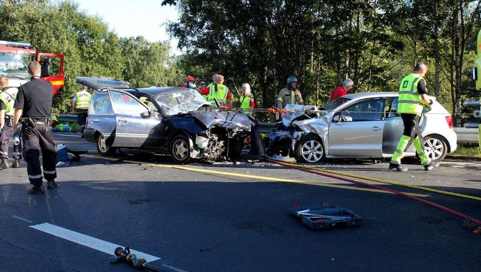 KRAFTIG KOLLISJON: Det var en svært kraftig møteulykke på E16 fredag. FOTO: RICHARD SVEAAS DALE