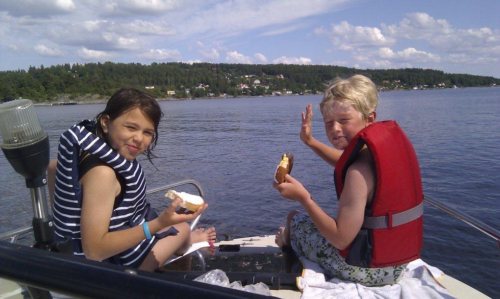 Victoria og Håkon på båttur ved Bjerkøya.