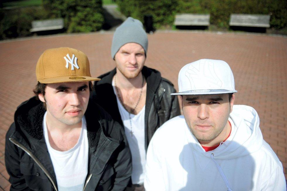 Kas (f.v.), Entady og Cilex skulle spilt på Fjordfesten allerede i 2009. Da regnet det så mye at de ikke fikk gå på scenen. Foto: Anders Hasle