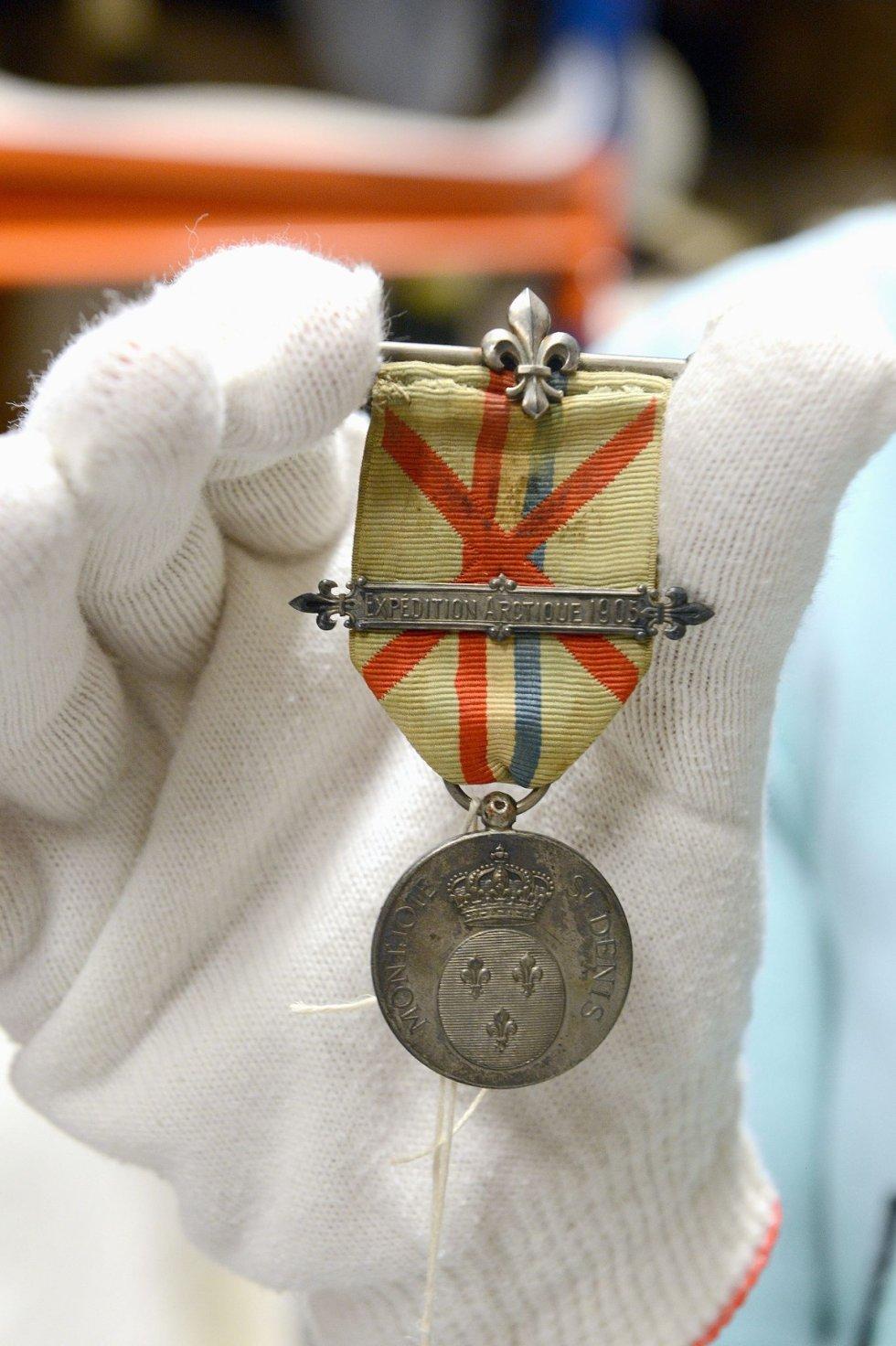 Medaljen er cirka tre-fire centimeter i diameter og har blant annet inskripsjonen A. Karlsen Cap Philippe 1905.