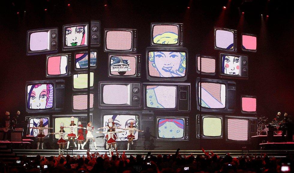 FEIRET: Madonna feiret 54-årsdagen sin 16. august ved å la konserten på Telenor Arena 15. august vare til like over midnatt slik at den også foregikk på selve bursdagen hennes. Mange strømmet til for å oppleve legenden, men det var nok likevel ikke helt fullt på arenaen. FOTO: ULF HANSEN (Foto: )