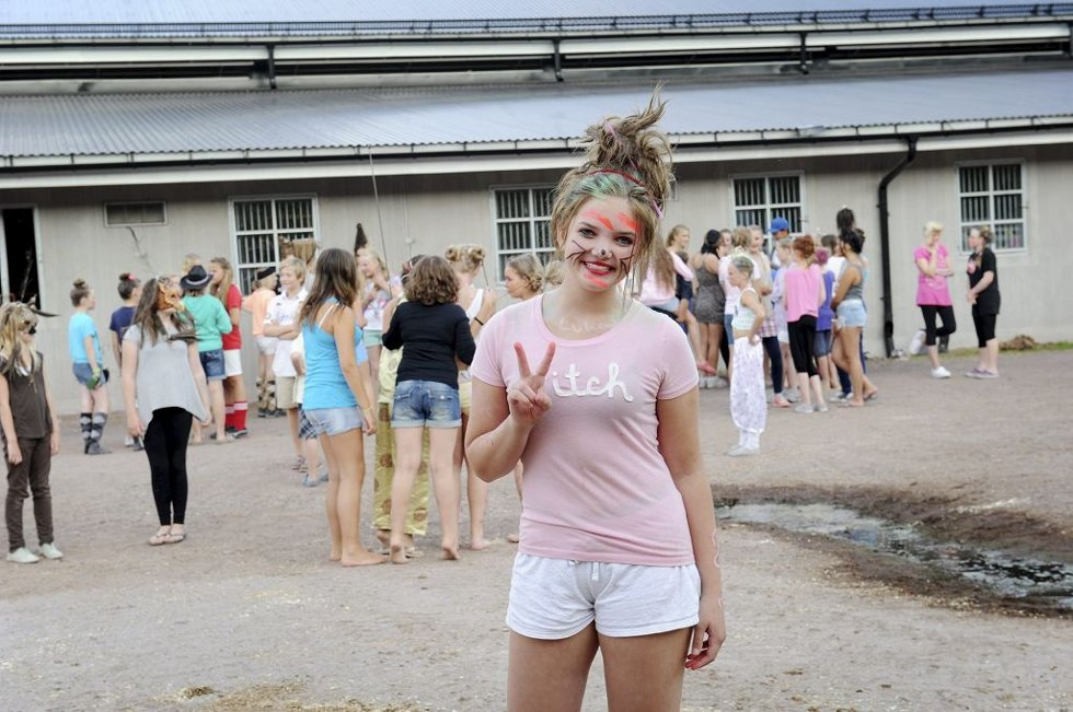 STRÅLTE: Kajsa Homleid (13) fra Skoppum var kjempefornøyd med årets rideleir. Her har hun dresset seg opp til hårfrisyre- konkurransen.