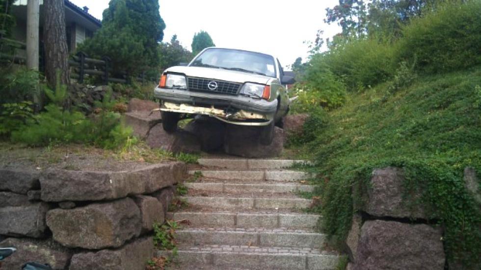 På toppen av trappa var det bom stopp for bilføreren som prøvde å stikke fra politiet.