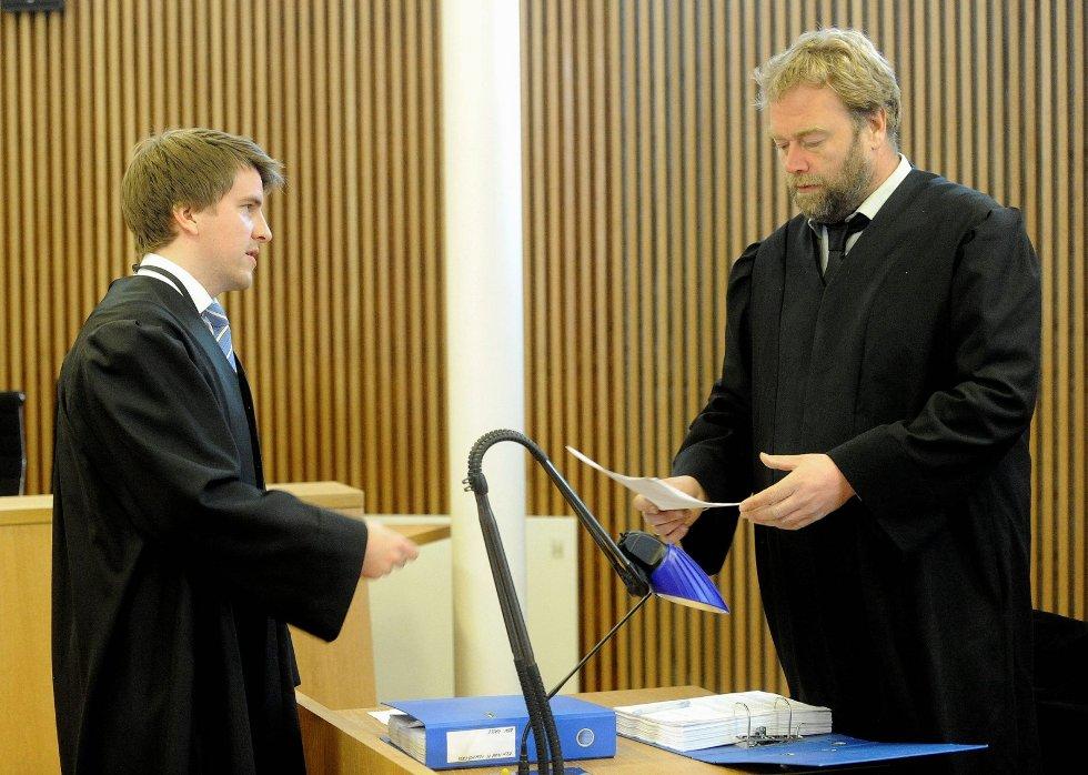 Aktor Kjetil Jahre (til venstre) har fått medhold i anken til lagmannsretten. Her diskuterer han med 24-åringens forsvarer, Jon Anders Hasle, under behandlingen i Sandefjord tingrett i april.