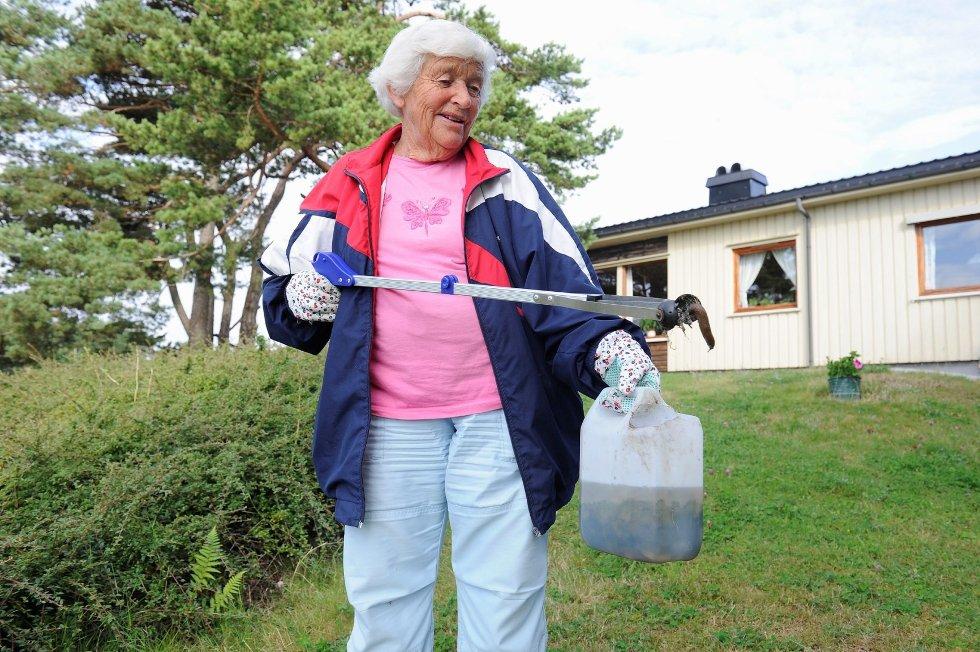 Aase Lise Rød takker svigersønn som introduserte henne for arbeidsverktøyet, som gjør at ryggen holder gjennom de utallige plukkerundene av iberiasnegler.Foto: Atle Møller
