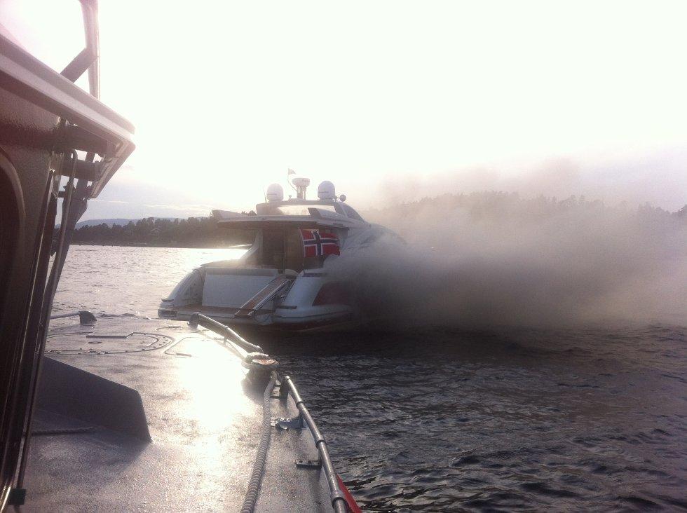 Det var ti personer om bord da det begynte å brenne i den 43 fots store cabincruiseren.