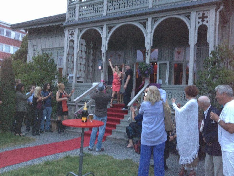 Som seg hør og bør ble kulturcafeen åpnet med champagne.Foto: Vibeke Bjerkås
