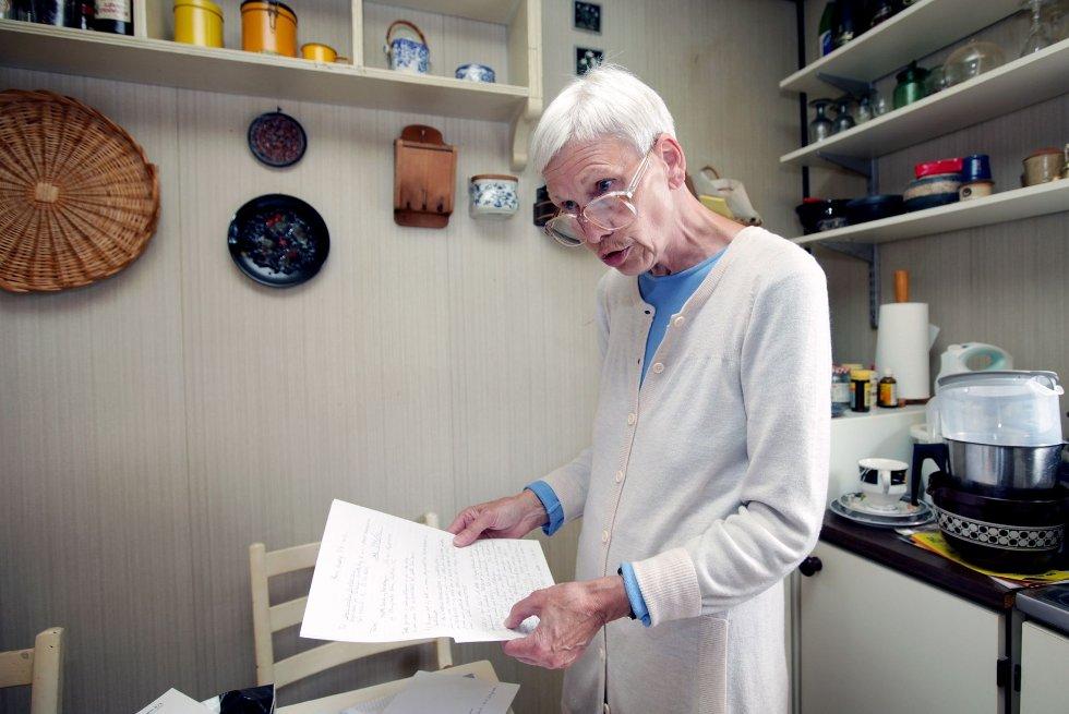 Andelseier Margaret Horne er svært kritisk til håndteringen av soppskadene i borettslaget og informasjonen etter inspeksjonen tidligere i år. Hun krever nå klare svar og vil bli flyttet fra leiligheten sin, som hun karakteriserer som helsefarlig.