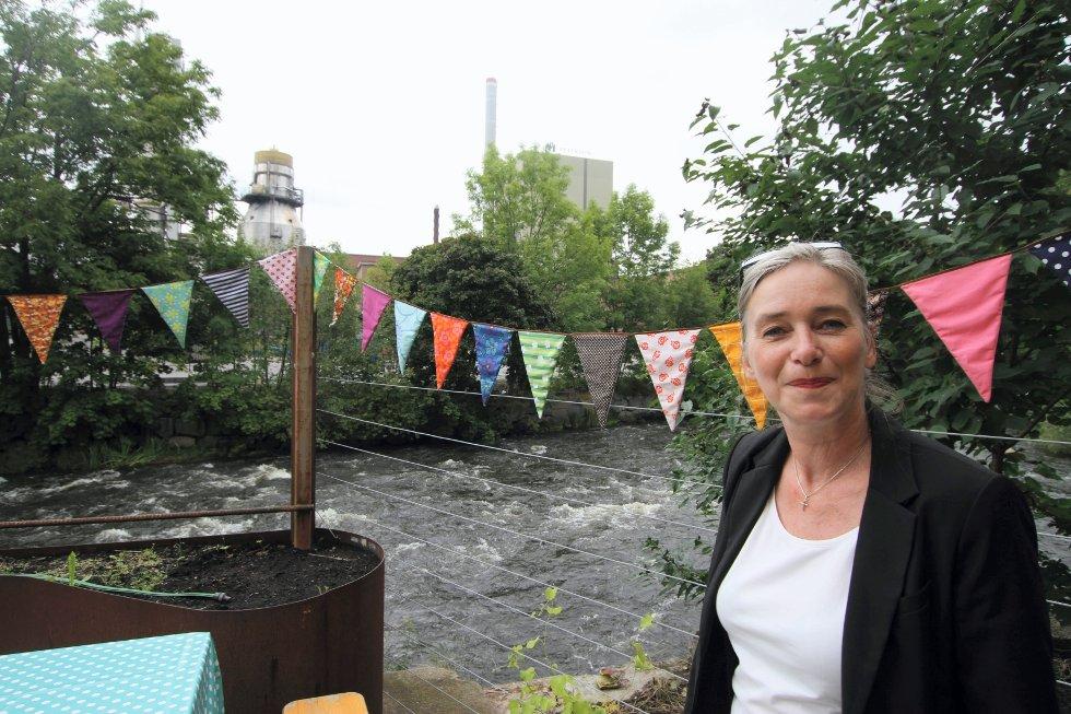 Festivalgjest og lærer på Kunsthøgskolen i Oslo, Marit Gulbrandsen, viser frem stoffbitene hennes tidligere elev Siri bruker til kunstporjsekter. Her er stoffbitene blitt til flaggdekorasjon.
