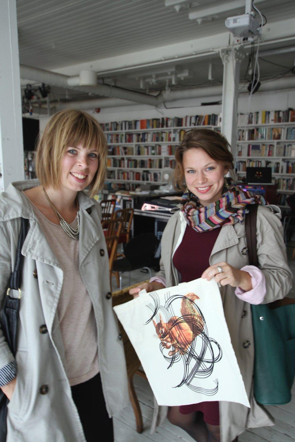Festivalgjestene Hanne Østli Jakobsen (til venstre) og Ingeborg Bjur kjøpte House of Foundation-nett.
