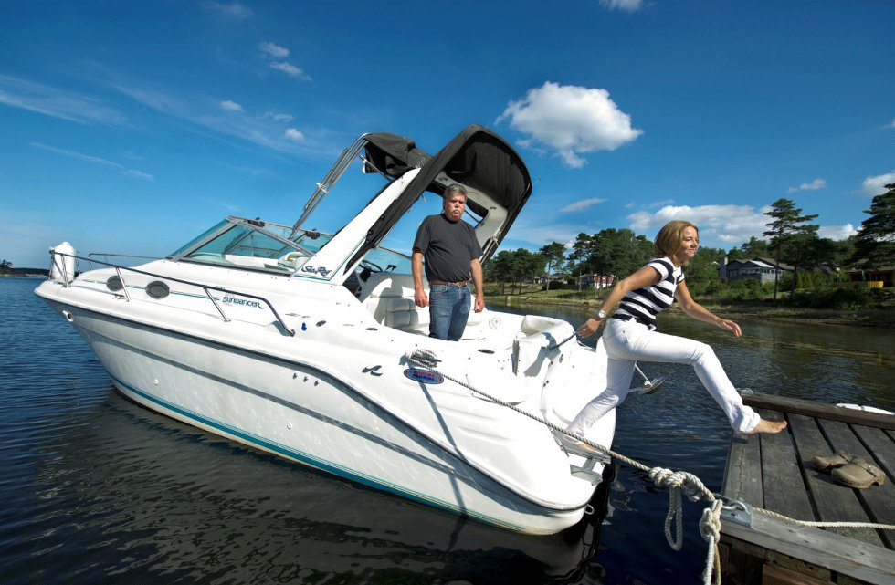 Thure Andersen  må møte i svensk rett for båtfyllekjøring selv om det var hans edru kone Gunilla Malmberg som styrte båten.