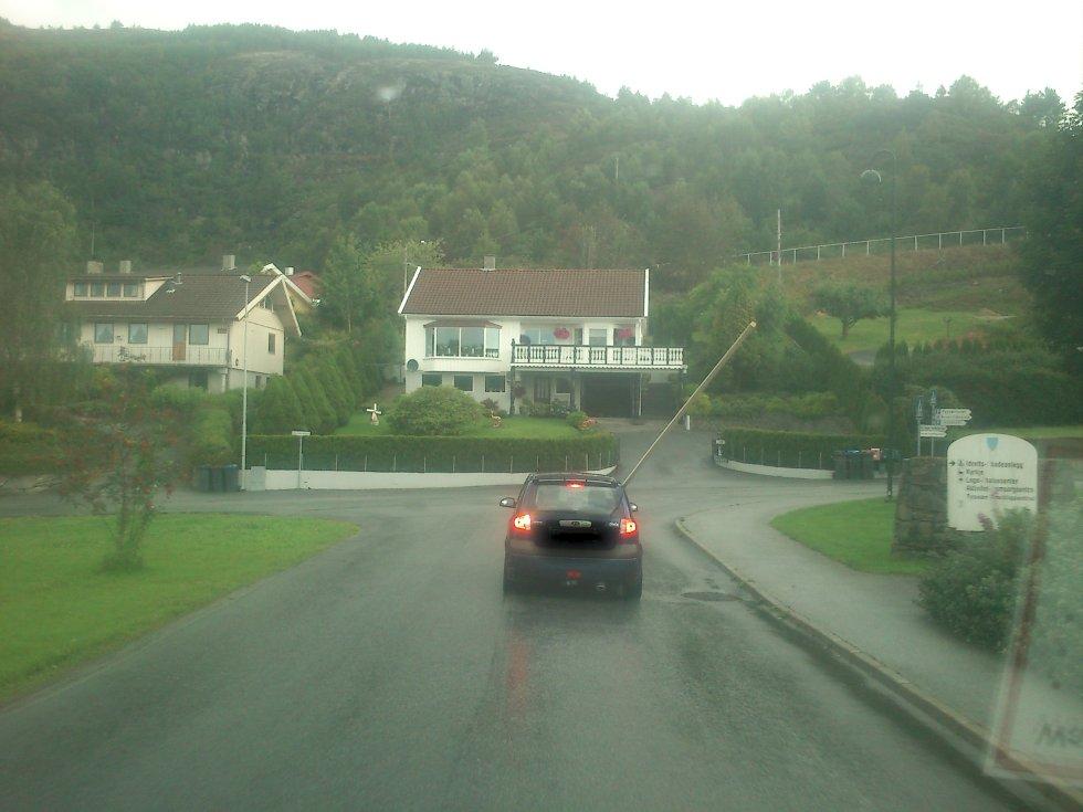 Denne bilen hadde neppe kommet seg inn et parkeringshus med denne lasten. (Foto: Foto: 2303-tipser)