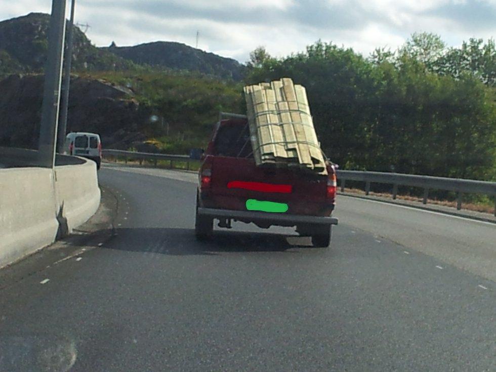 En av våre lesere tok dette bildet av en overlastet pick-up onsdag. Ikke bare er lasten dårlig sikret fra å falle av, du kan også tydelig se at bilen har for mye last på den høyre siden. (Foto: Foto: 2303-tipser)