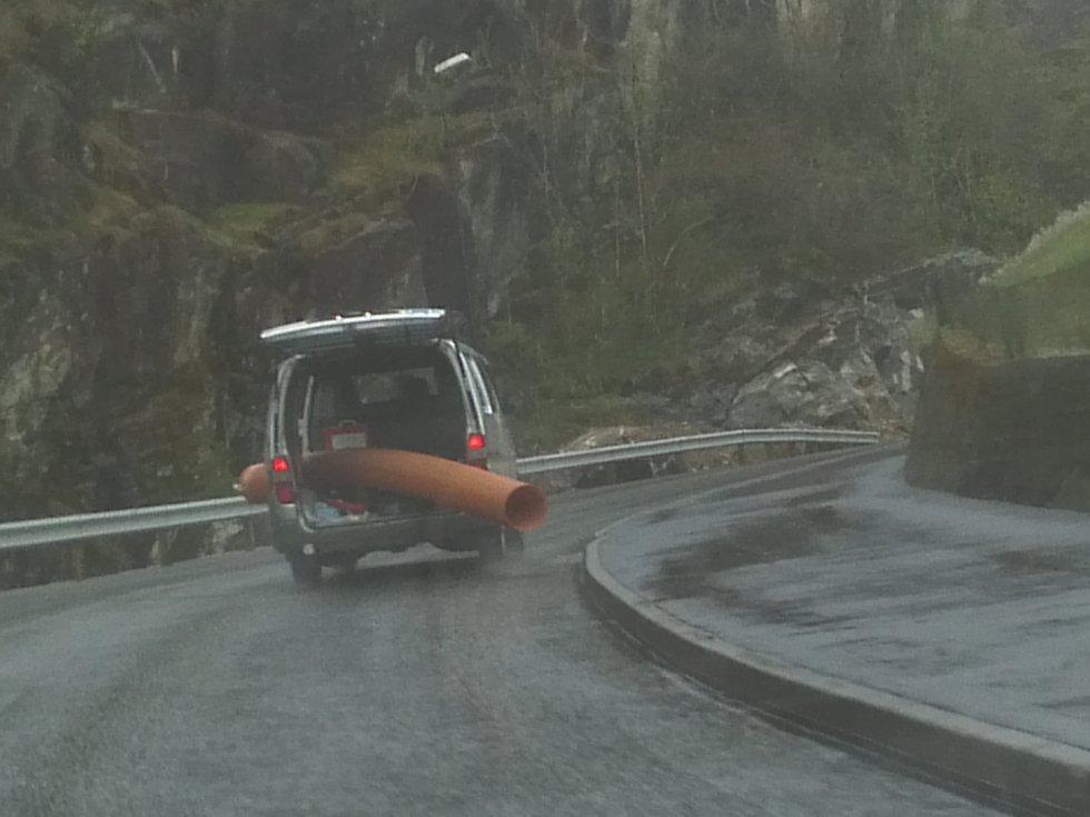Nok et hårreisende eksempel på usikker transport. (Foto: 2303-tipser)