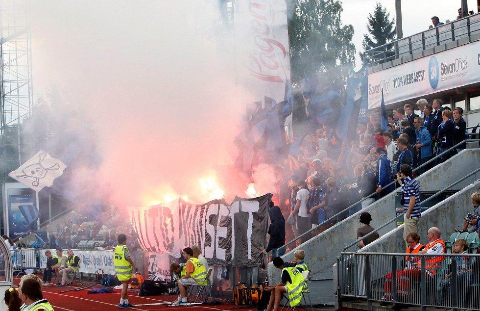 Slik så supporterfeltet på Nadderud ut før kampen mot Rosenborg. Det vil trolig koste Stabæk bøter i titusenkronersklassen.