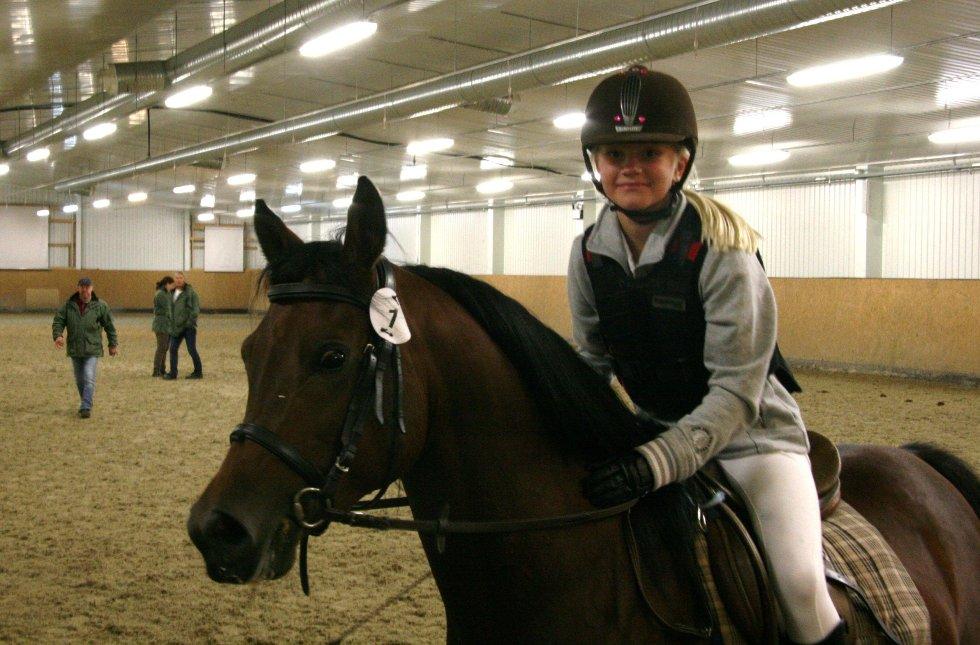 FORNØYD: En fornøyd Anniken Tufte Jacobsen (11) på Mirek under ridefremvisningen.