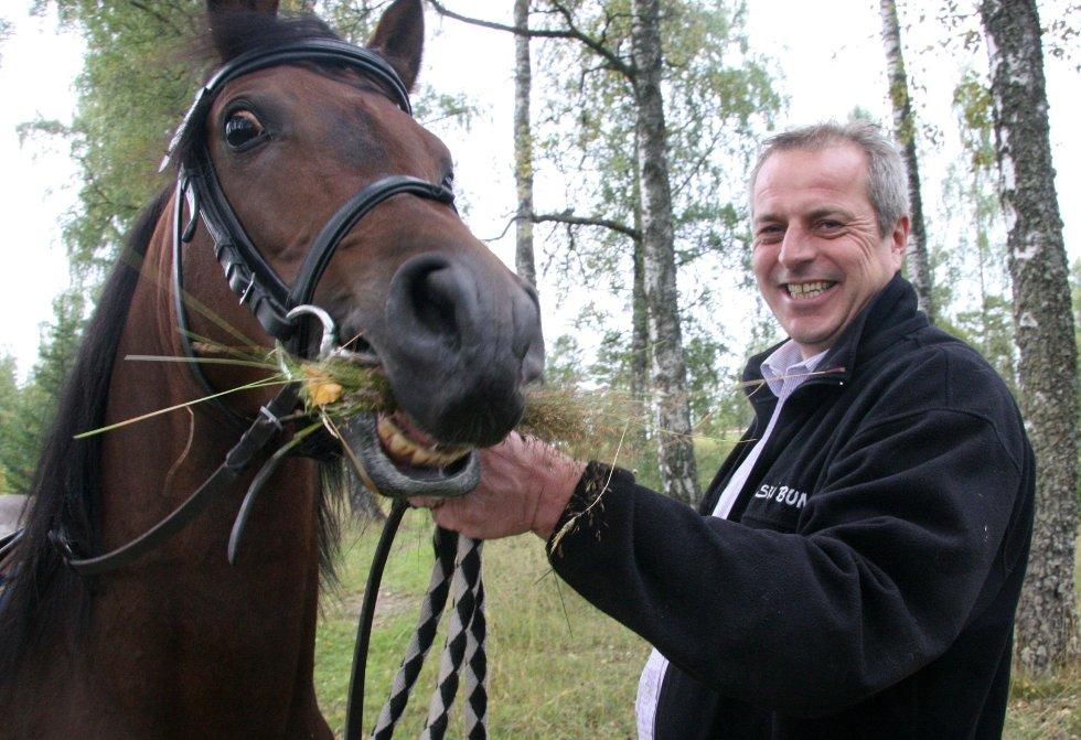 GLISER: Både hest og eier Inge Landsverk gliser, nå er Mirek avlsgodkjent.