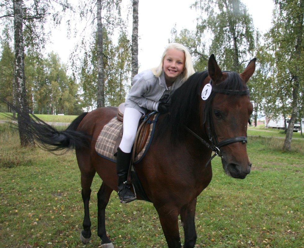 """DRØMMER: Anniken Tufte Jacobsen (11 ) fra Nordstrand drømmer om hest, her med araberen Mirek, fra """"hingstekåring"""" på Starum. (hjelmen tatt av kun for bildet). (FOTO: Kristin Tufte Haga)"""