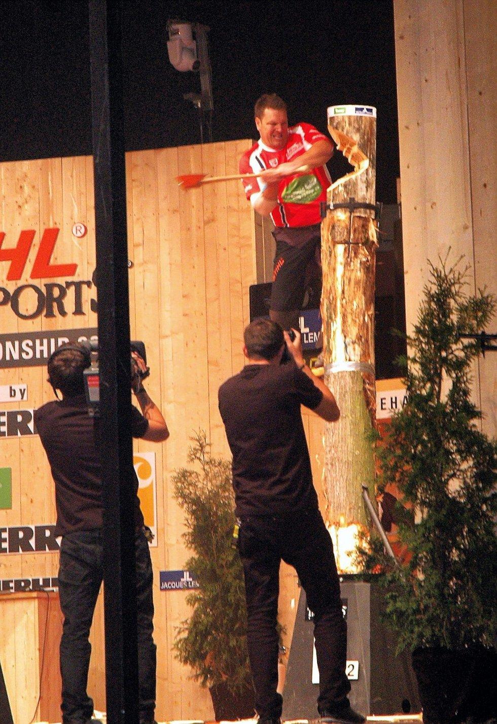 PÅ HÆLA I VM: Ole Ivar Lierhagen hogg med fortvilelsens kraft med en arm som var så vond at den burde ligget igjen hjemme.