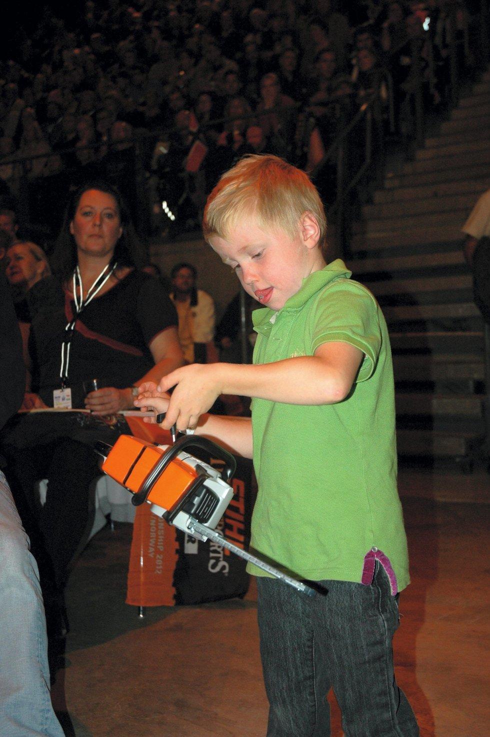 REKRUTT MED EGEN SAG: Oskar (5) har hytte på Sjusjøen og kan antakelig tenke seg å hogge for Pihl i framtida (Bare rolig, kjære leser, det er en ufarlig lekesag)