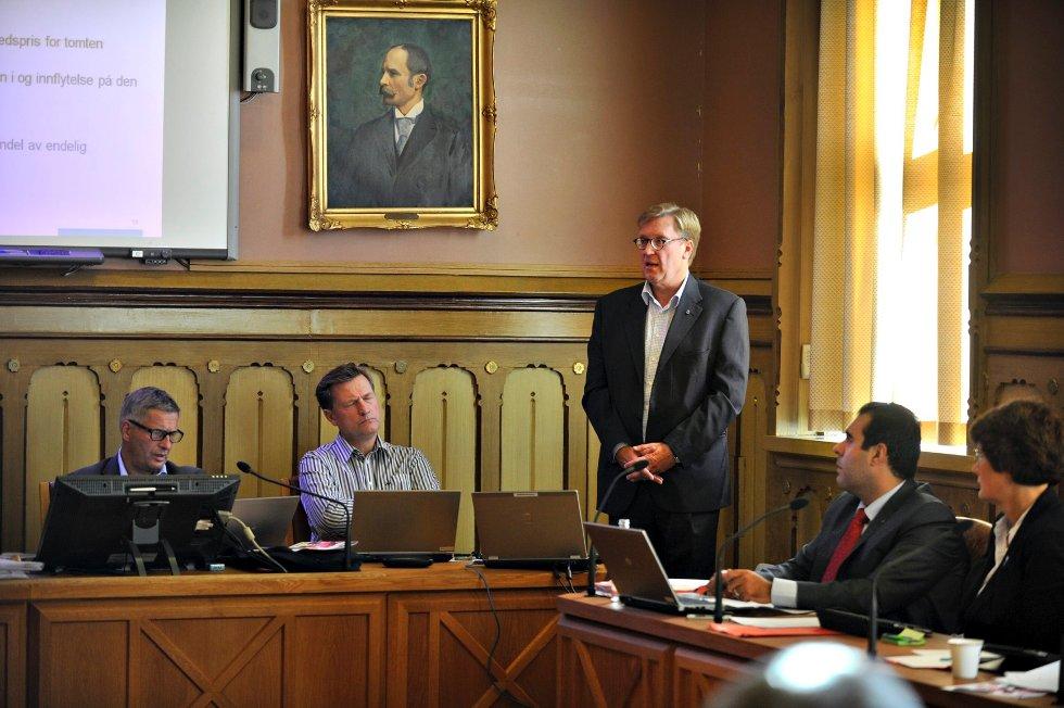 Rådmannen ble kritisert for hemmelighold under formannskapsmøtet på tirsdag. Han brukte halvannen time på å svare på spørsmål før saken ble behandlet, og til slutt enstemmig vedtatt.