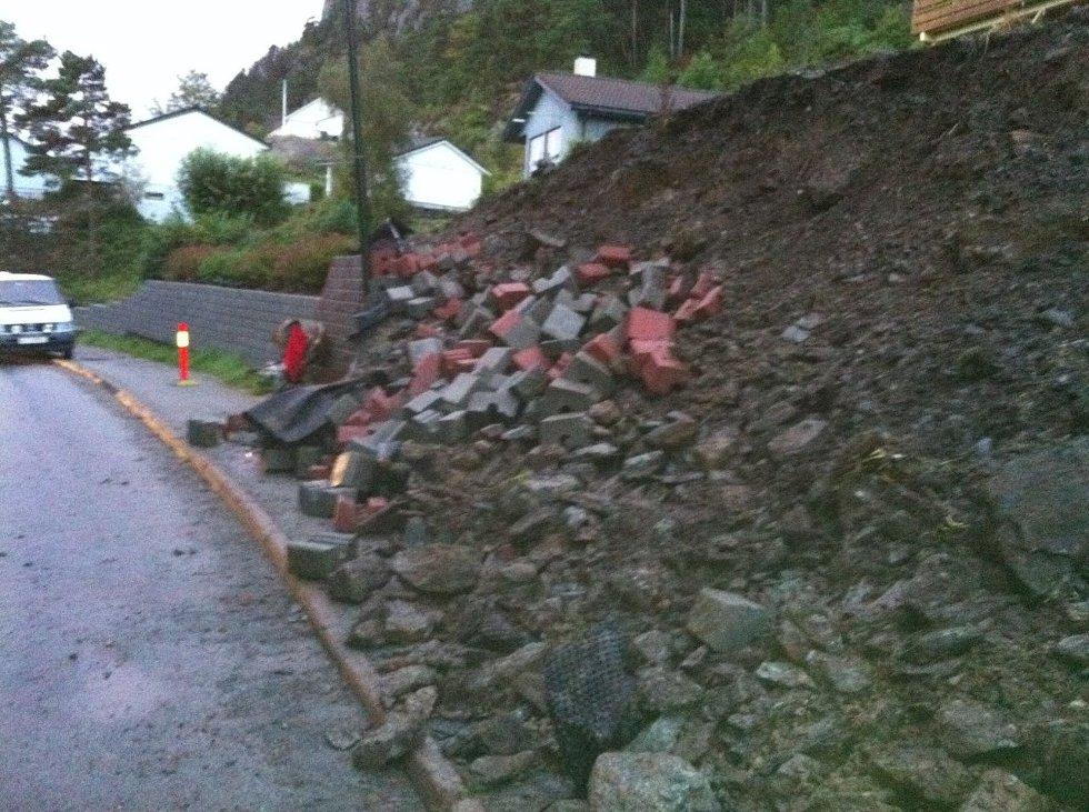 Blokkert: Løse murblokker blokkerte i kveld deler av Utslettevegen i Sagvåg. Foto: Truls Horvei