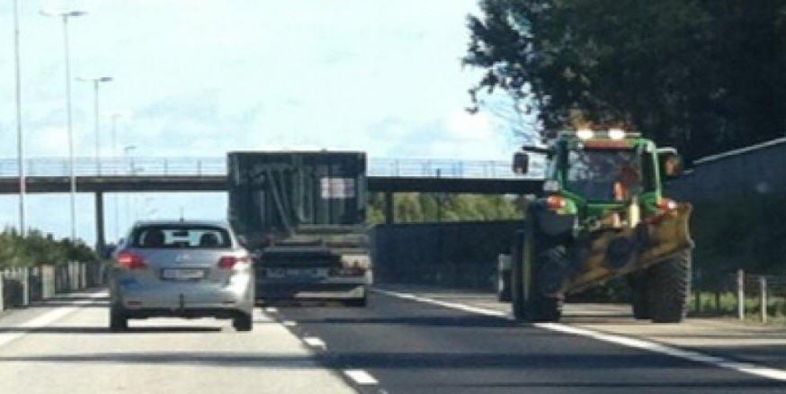 Denne traktoren fikk bilførere til å bremse ned langs E6 fredag.