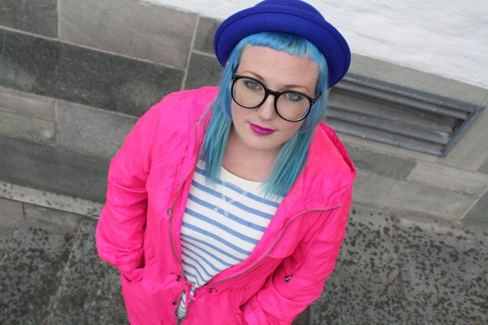 NESTEN PROBLEMFRITT: Marte Østensen fra Haslum kjeder seg dersom hun har den samme hårfargen for lenge. Det noe eksentriske utseendet har imidlertid aldri skapt trøbbel i arbeidslivet. Men resepsjonsjobb på hotell kan hun bare glemme. FOTO: ERIK TANGEN