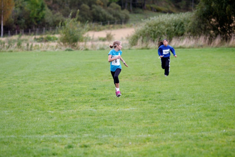 Edel Granborg fra Oppsal skole løper inn som vinner