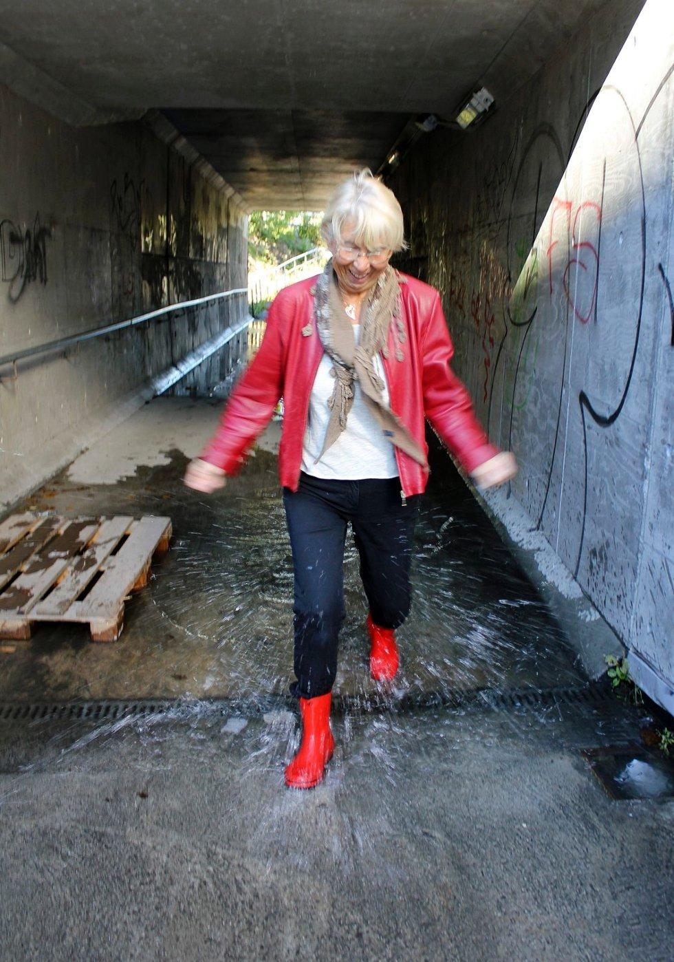 VADEVEI: Anne-Marie Thorsen plasker gjennom undergangen under Kirkeveien, fra Askerjordet til Trekanten kjøpesenter i Asker sentrum. FOTO: TRUDE BLÅSMO
