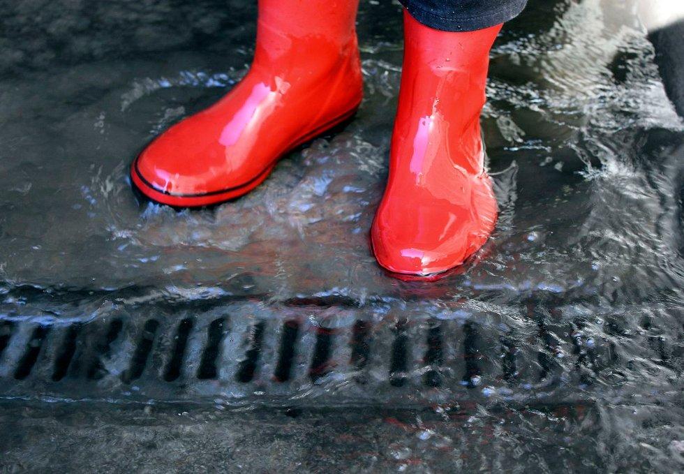 HAV AV PROBLEM: På det dypeste kan vannet i tunnelen under Kirkeveien være 15 centimeter dypt. Nå vil kommunen rydde opp. FOTO: TRUDE BLÅSMO